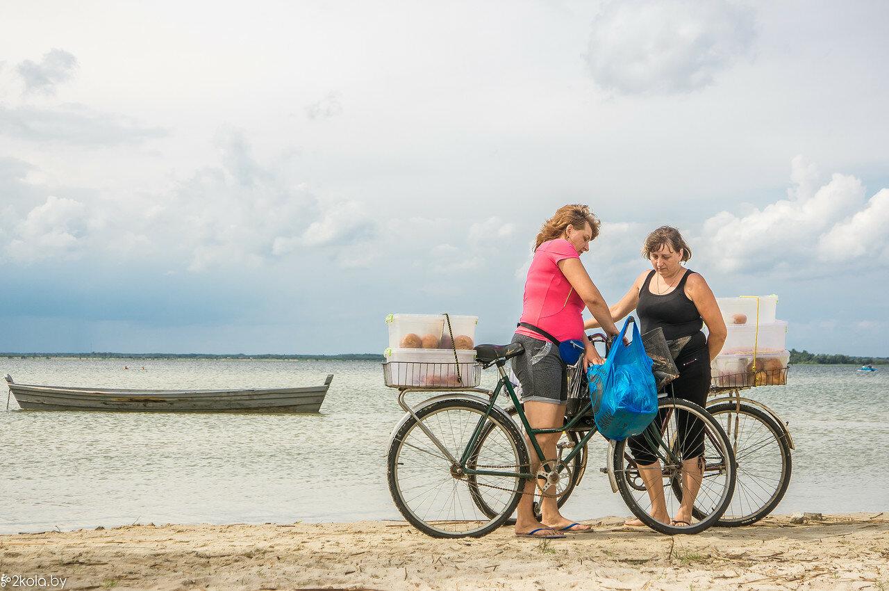 Продавцы пирожков на велосипедах на оз. Свитязь
